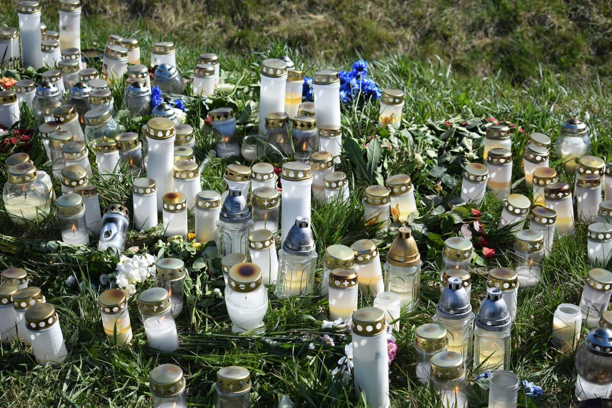 Muistokynttilöitä onnettomuuspaikalla Ohikulkutien varrella.