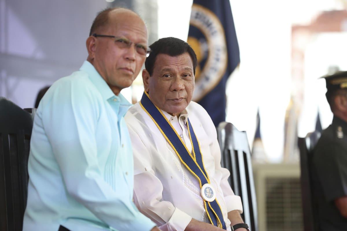 Filippiinien puolustusministeri Delfin Lorenzana (vas.) ja presidentti Rodrigo Duterte (oik.).