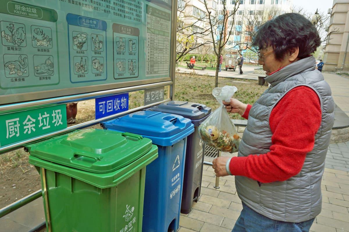 Vihreä on tarkoitettu maatuvalle keittiöjätteelle, sininen roskis kierrätettävälle ja harmaa sekajätteelle.