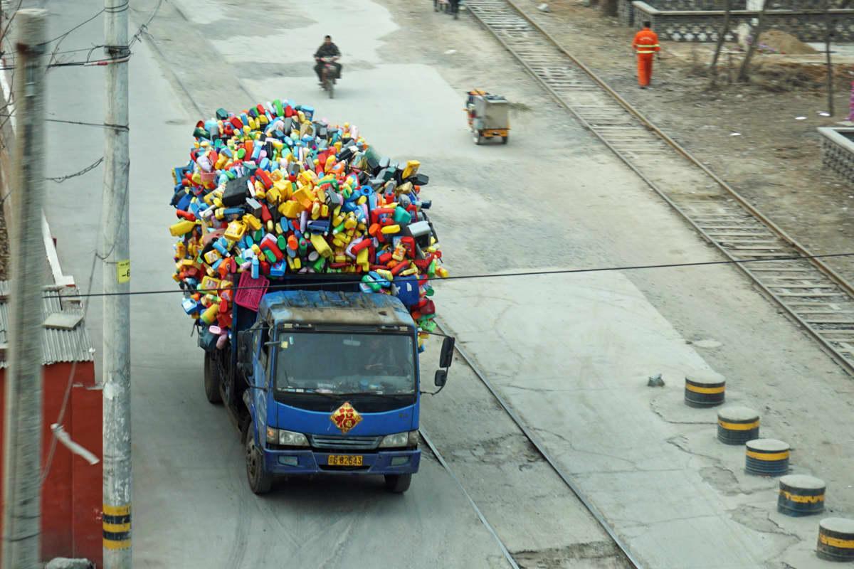 Kuorma-auton lastiksi on kerätty muovisia kanistereitä - tämä kierrätysbisnes on Pekingissä yksityistä liiketoimintaa.