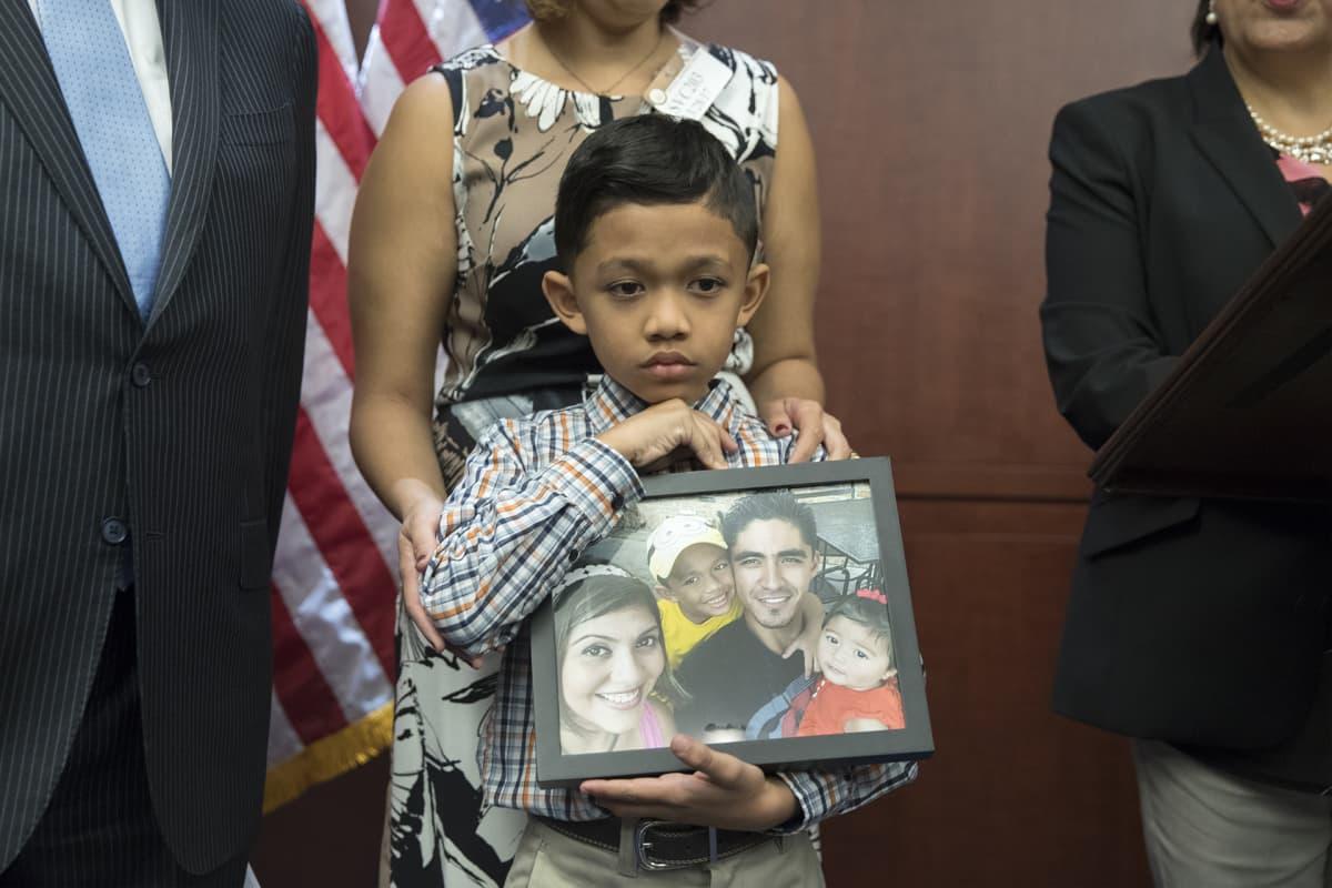 Walter Escobar pitelee kuvaa perheestään.