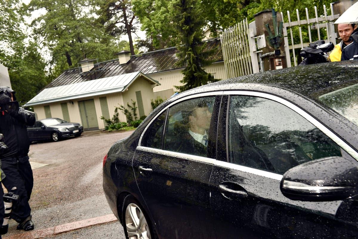 Perussuomalaisten puheenjohtaja Jussi Halla-aho poistui pääministerin virka-asunnolta Kesärannasta Helsingissä 12. kesäkuuta.