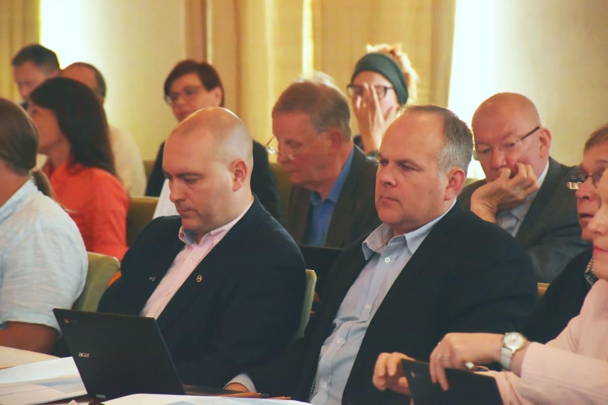 Ari Jalonen ja Tommi Salokangas Porin valtuustossa 12.6.2017.