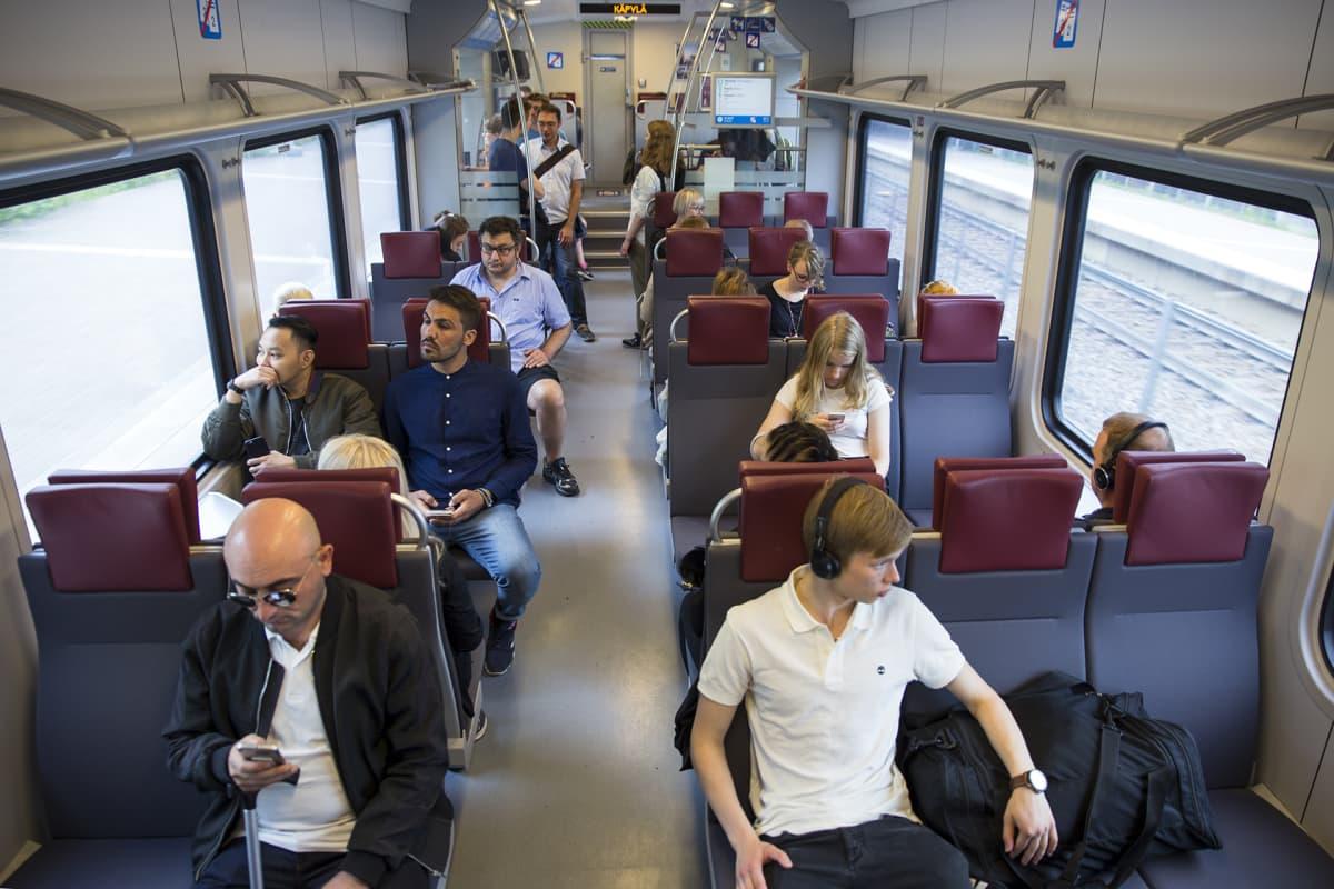 Matkustajia P junassa