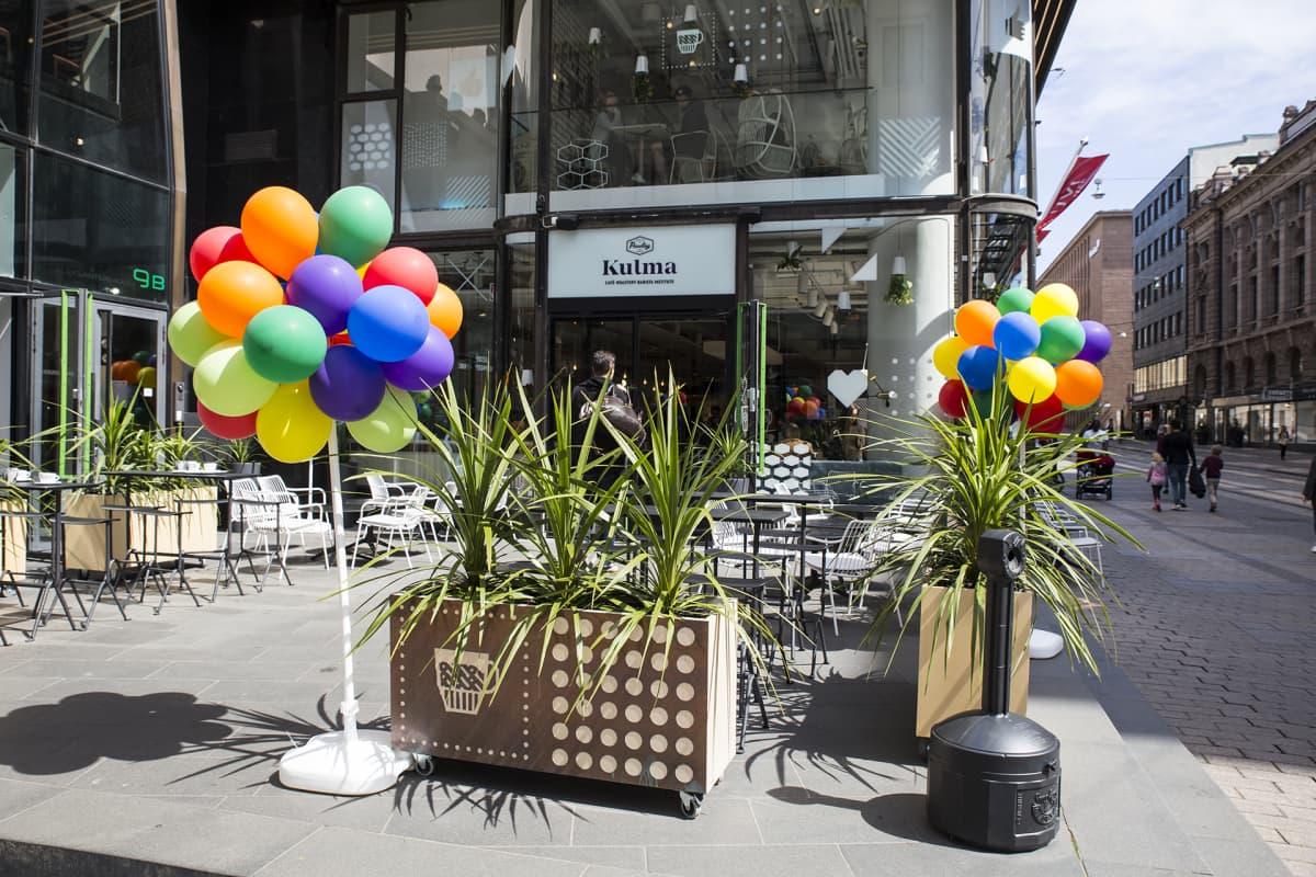 Pride-ilmapalloja Pauligin Kulmalla