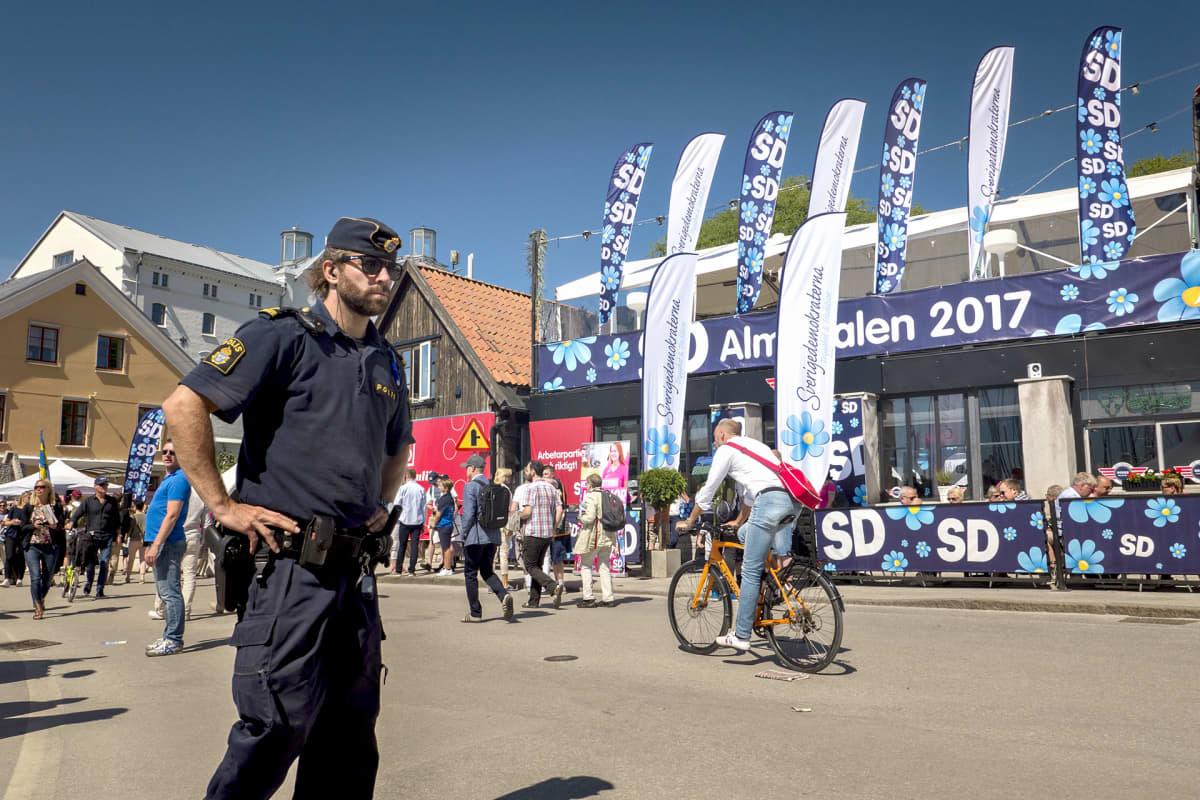 Poliisi partioi kadulla.