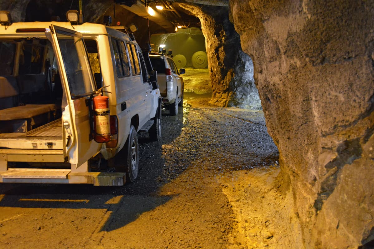 Pyhäsalmen kaivos. Liikkuminen kaivoksen pohjalta 660 metriin sujuu kätevästi maastureilla.