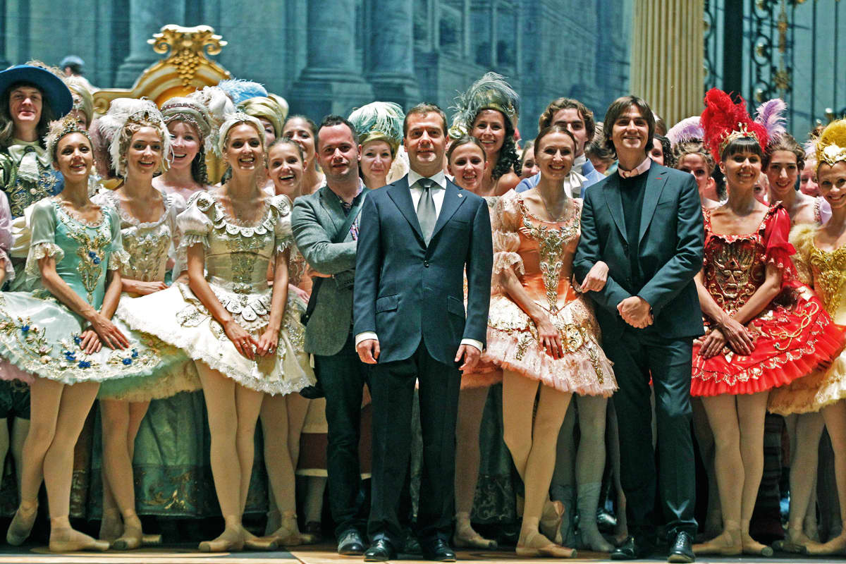 Medvedev lavalla ballerinojen kanssa.