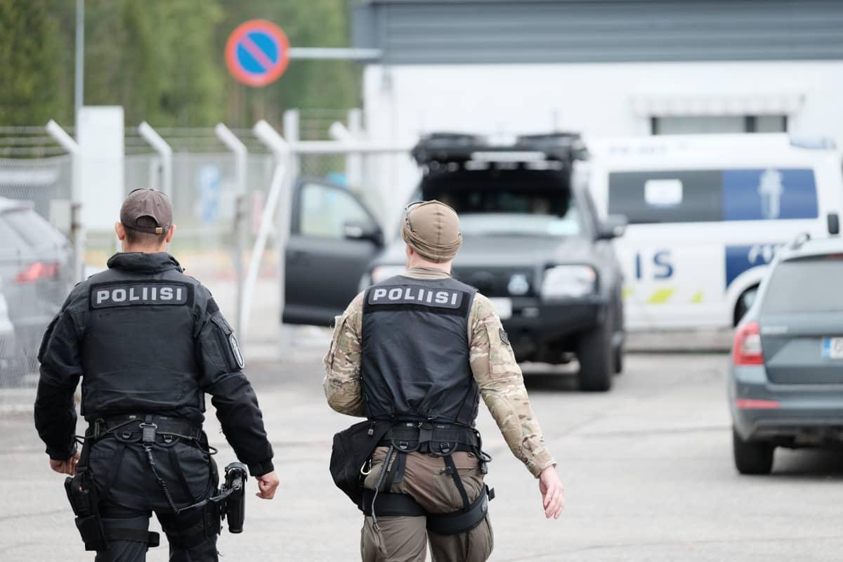 Poliiseja Savonlinnan lentokentällä