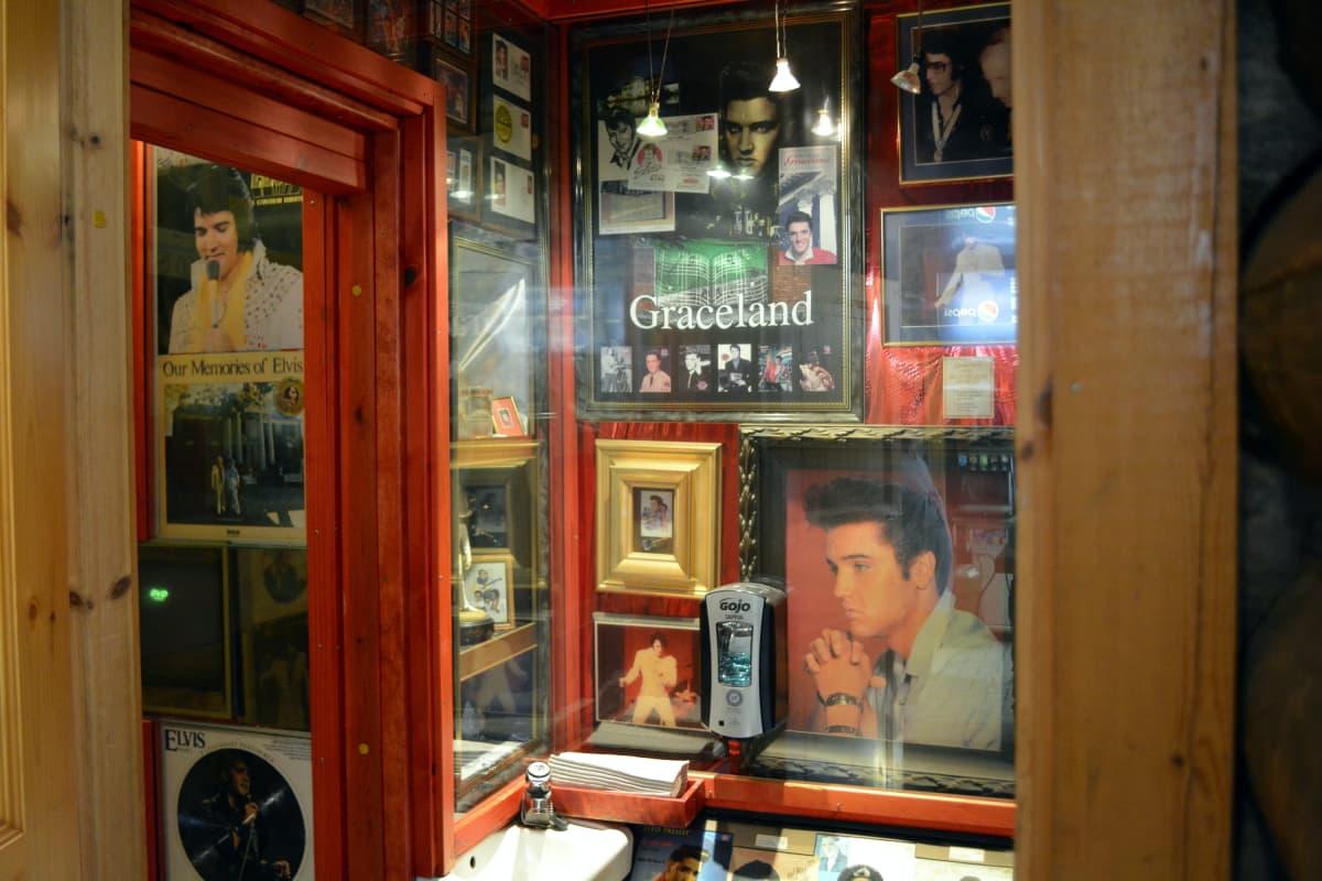 Elvis-aiheisia julisteita, levykansia, mukeja ja jopa levyjä.