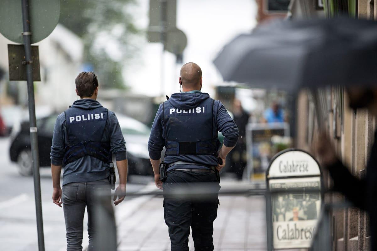 Poliisi kertoo ampuneensa yhtä epäiltyä tekijää alavartaloon.