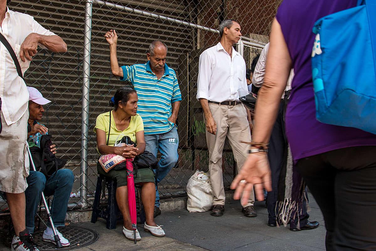 Ihmisiä jonossa Caracasissa, Venezuelassa.