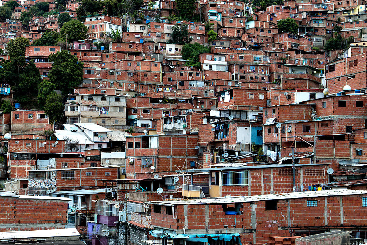 Tiheää kaupunkiasutusta Caracasissa, Venezuelassa.