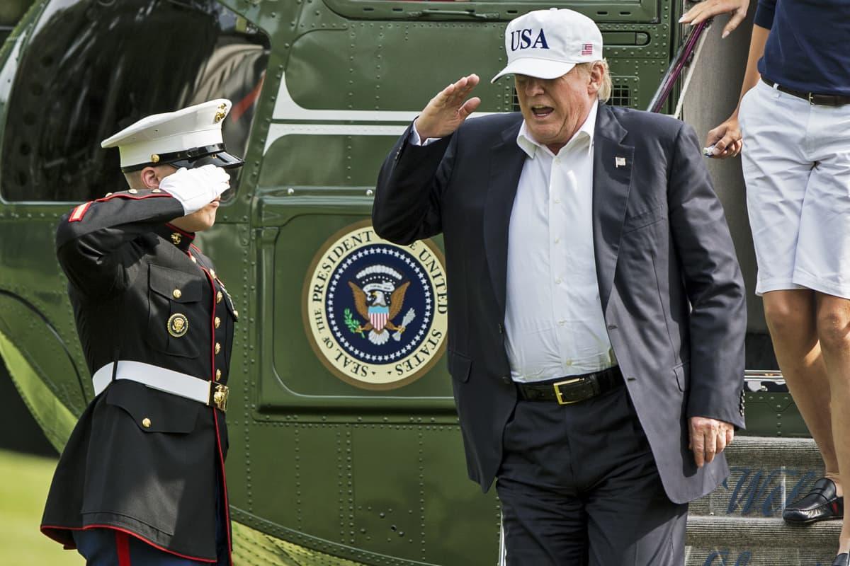 Trump tervehtii sotilasta.