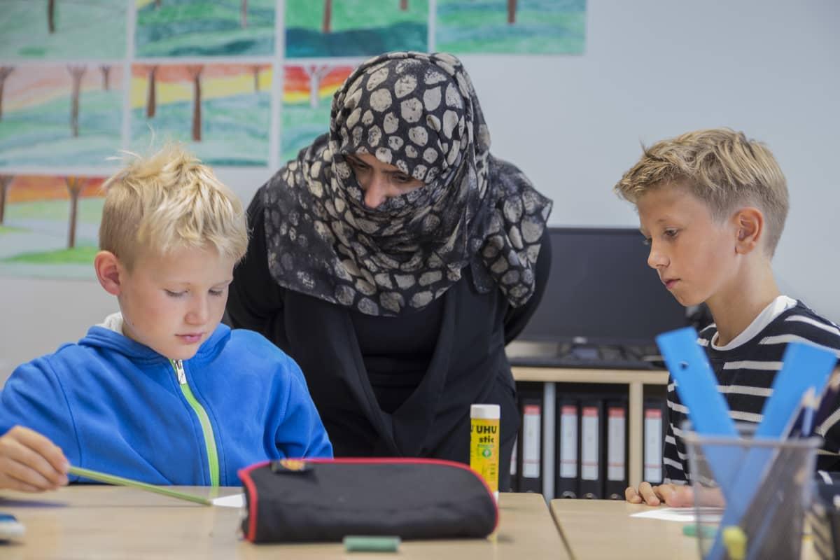 Saudi-arabialaisia opettajia vierailulla Mattbergsskolanin ala-asteella.