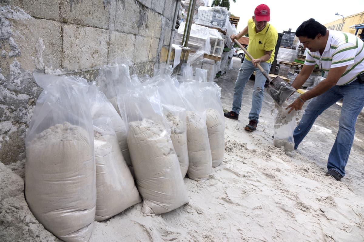 Asukkaat valmistautuivat Irma-hurrikaanin tuloon hiekkasäkein Miamissa 6. syyskuuta.