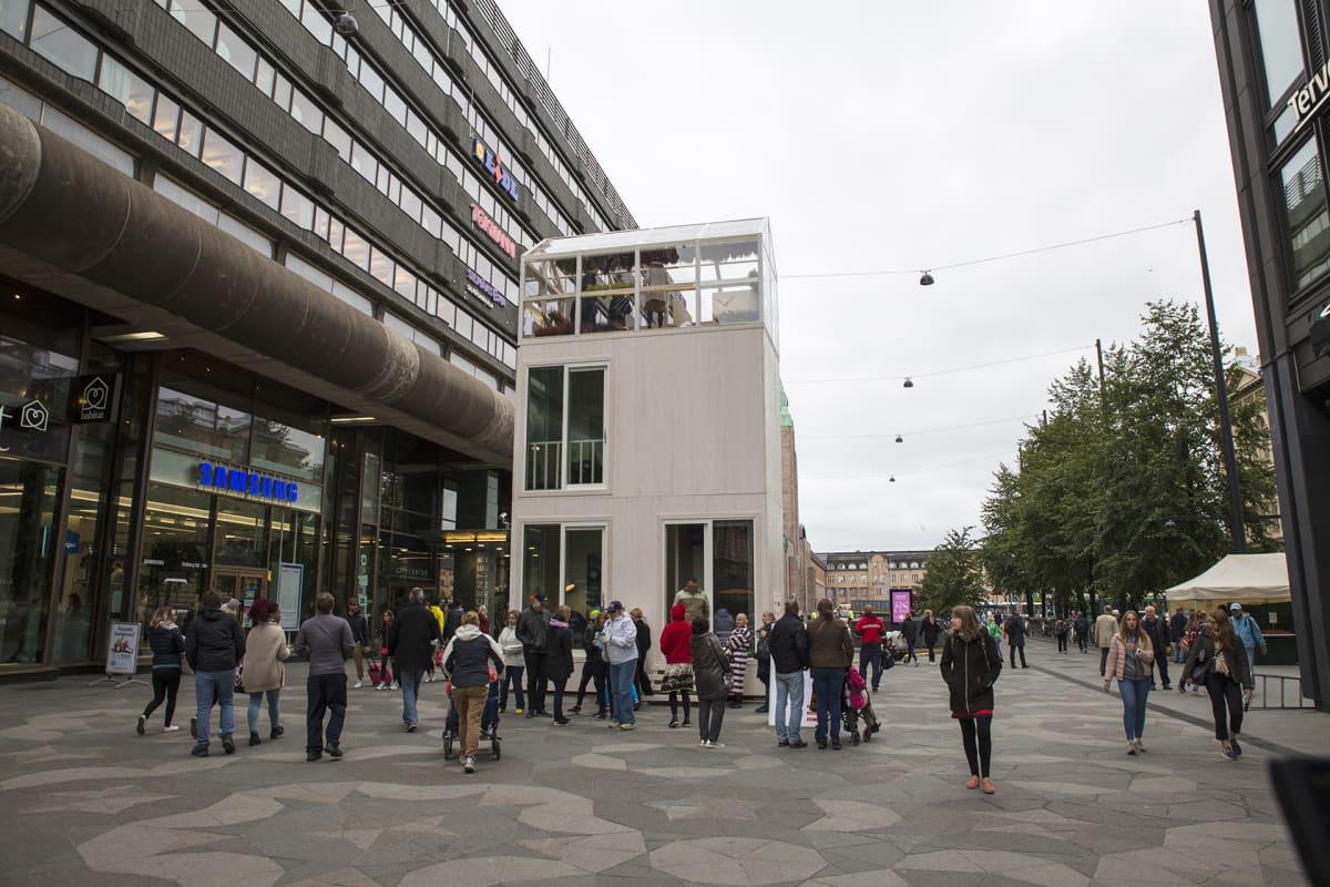 Parkkiruudun kokoinen kerrostalo Tikku Helsingin Keskuskadulla.