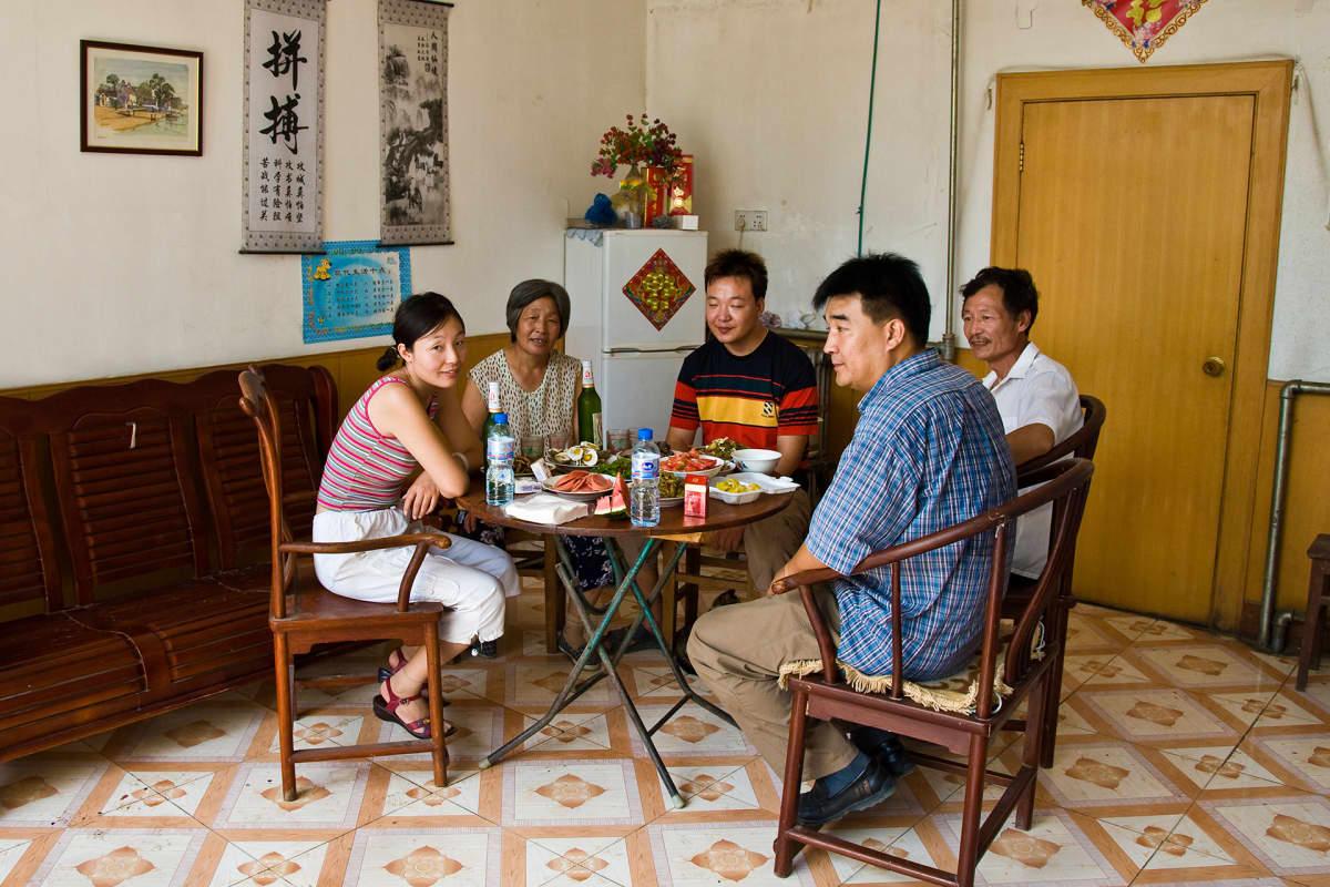 Kiinalaisperhe ruokailemassa.