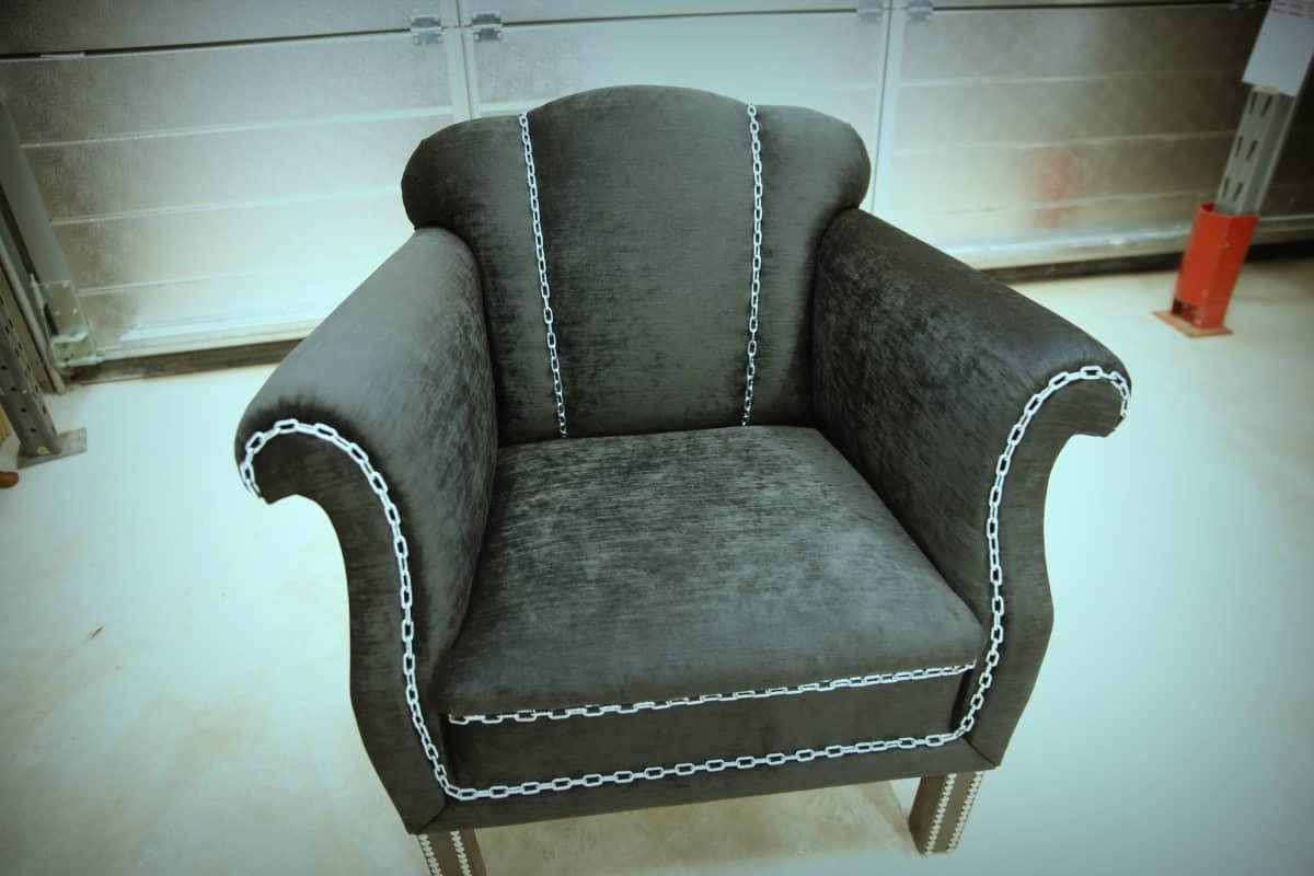 Tamperelaisen Sinikka Mäkelän verhoileman tuolin hauska yksityiskohta on kettinki.