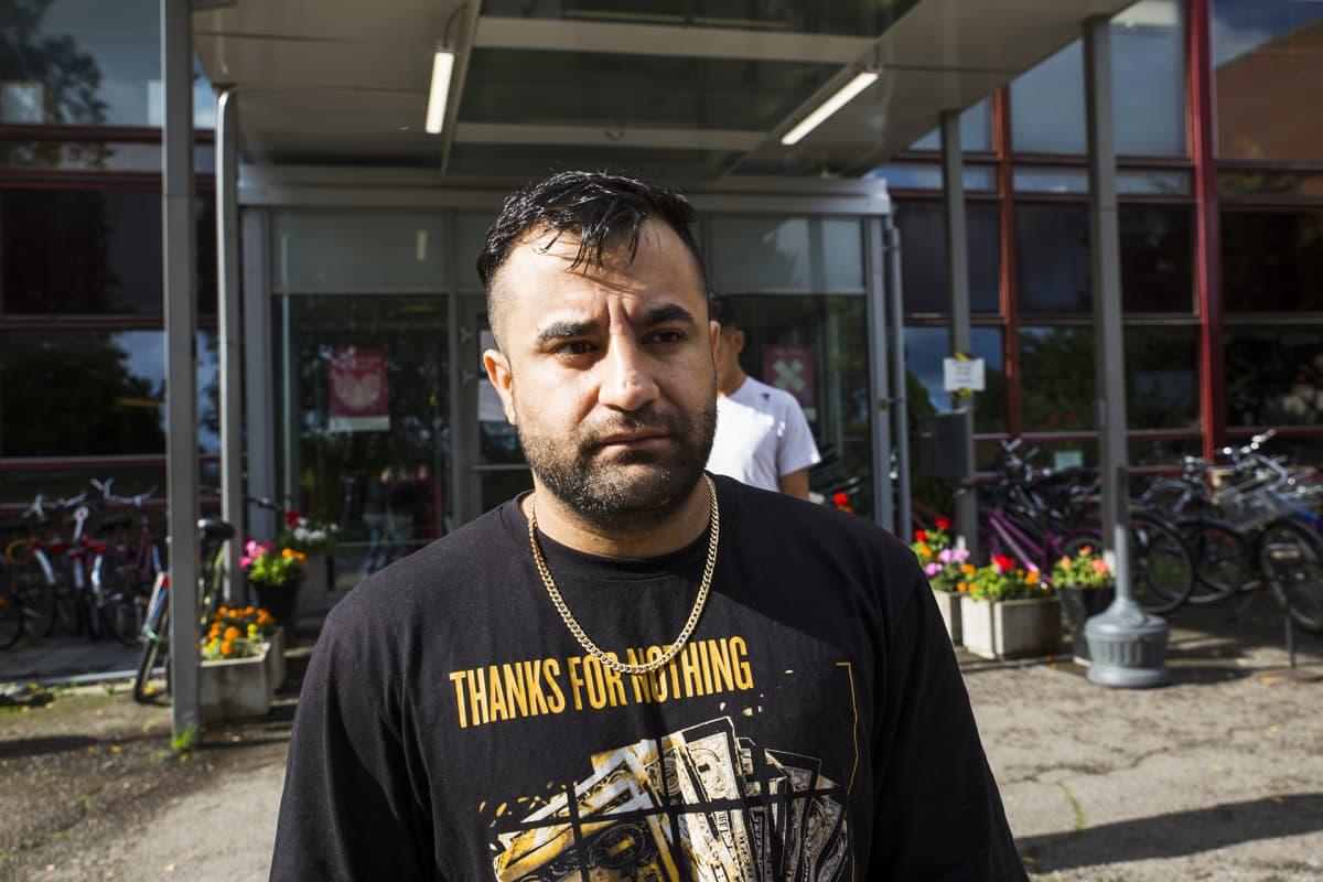 Afganistanilainen turvapaikanhakija Zafarzai Parweez Kirkkonummella.