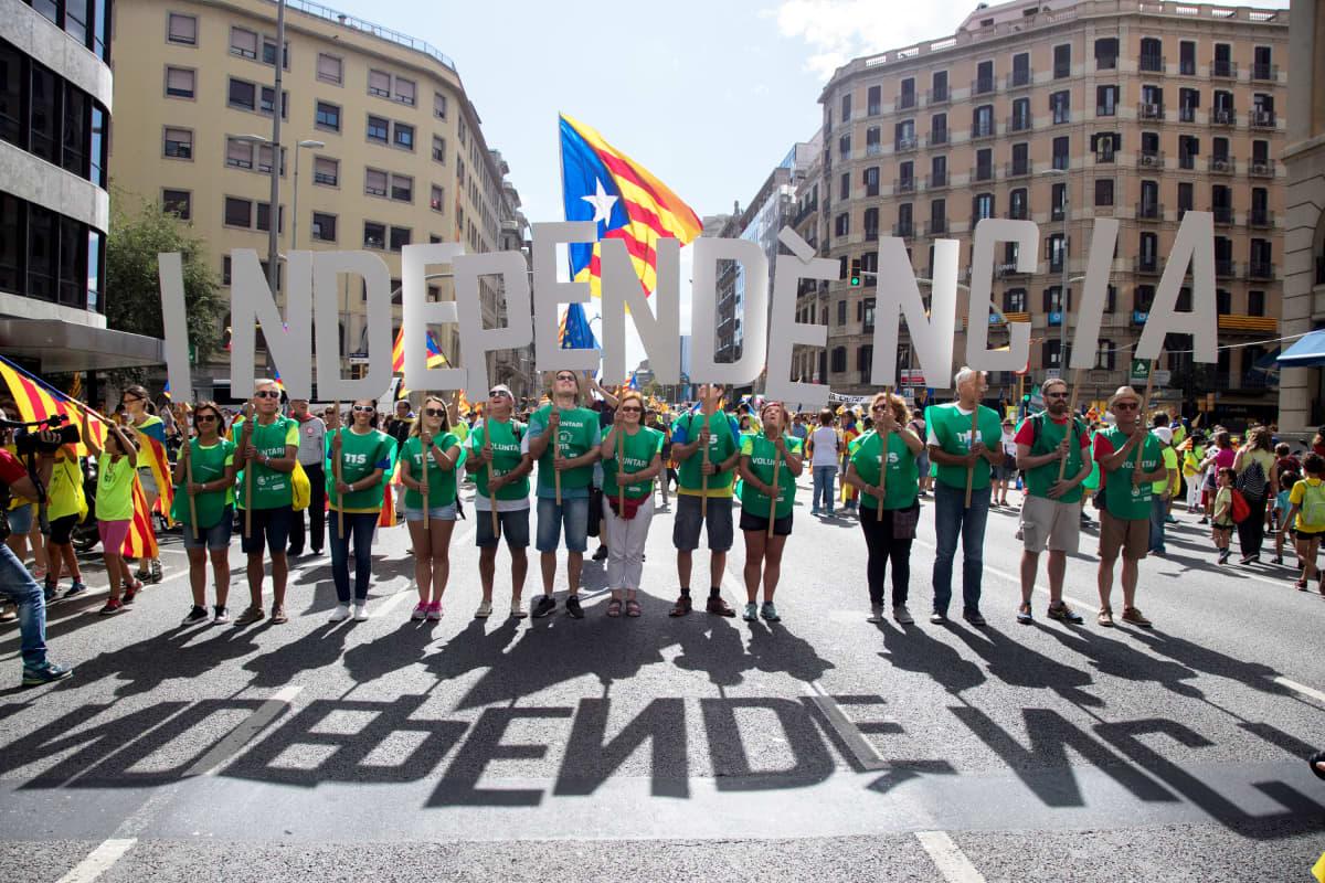 Itsenäisyyden kannattajia Barcelonassa Katalonian kansallipäivänä 11.syyskuuta.