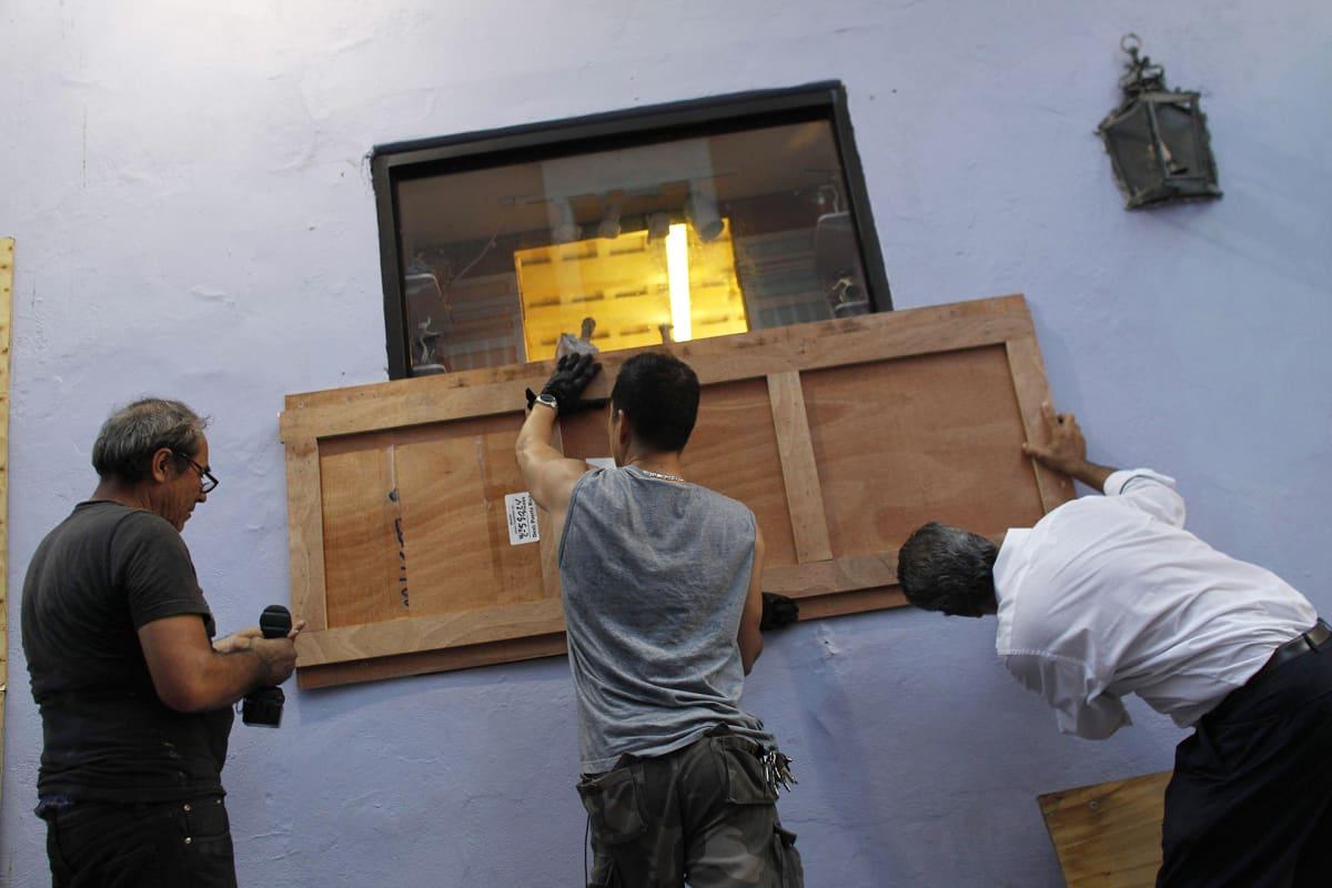 Ihmiset suojaavat ikkunoita Puerto Ricossa hurrikaani Marian lähestyessä.