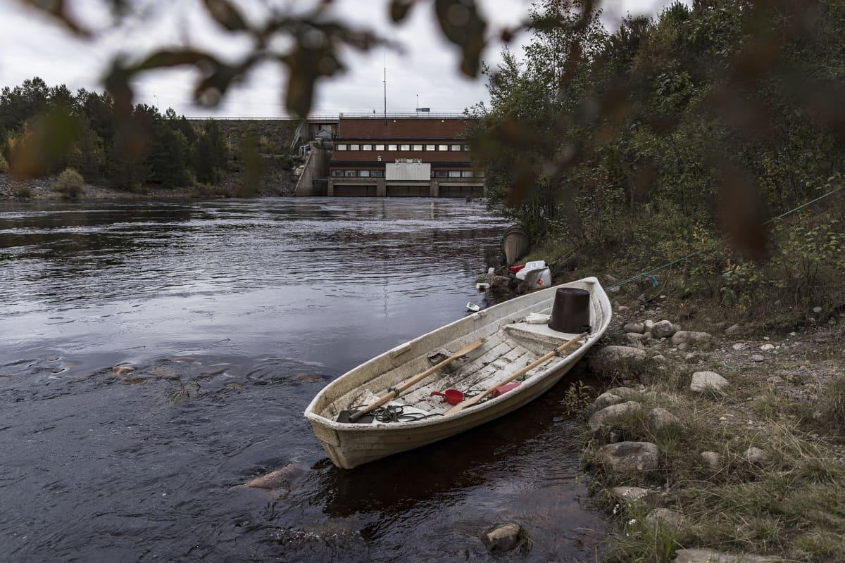 Soutuvene joen rannalla.