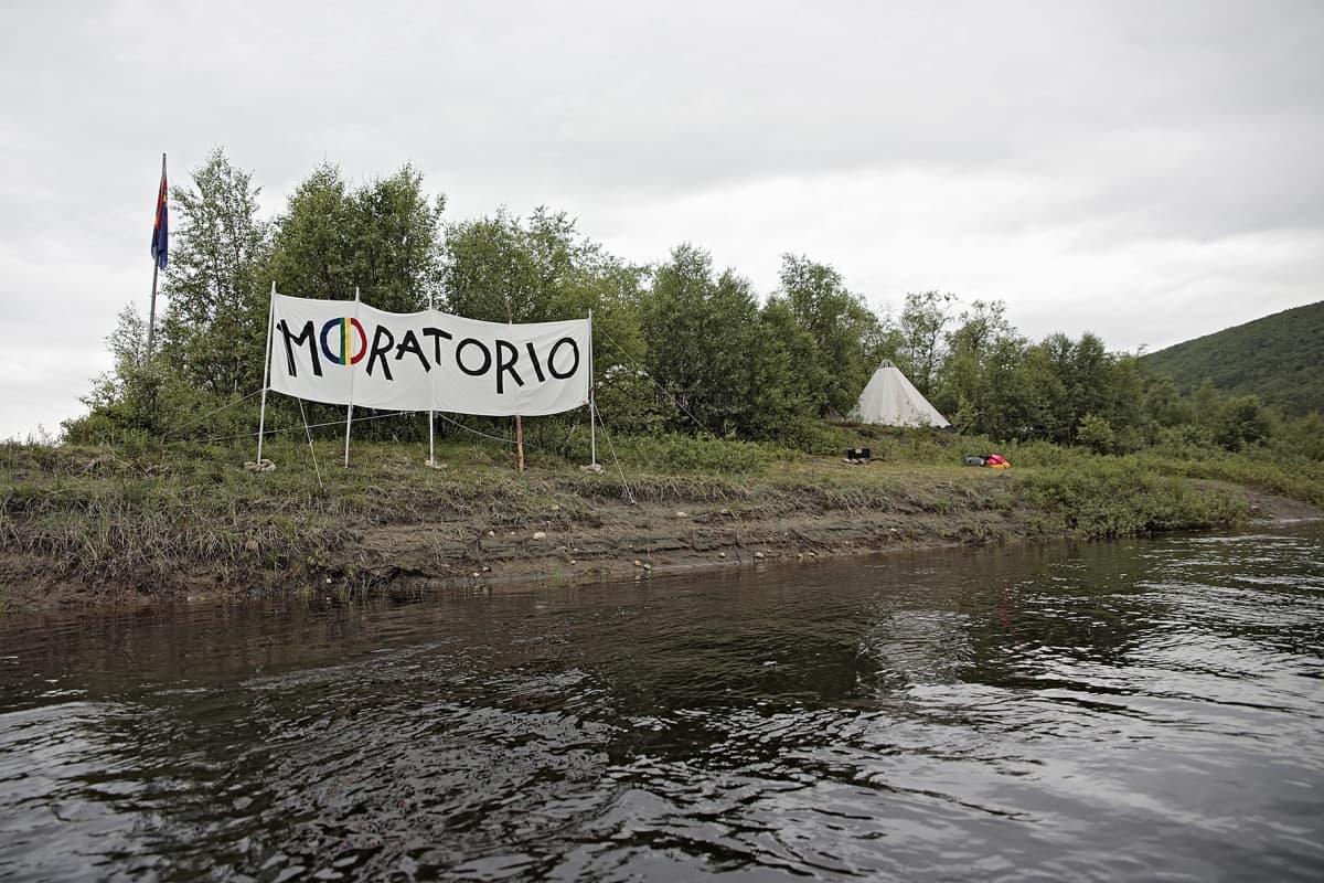 Moratorio banderolli Tenojoen rannalla.