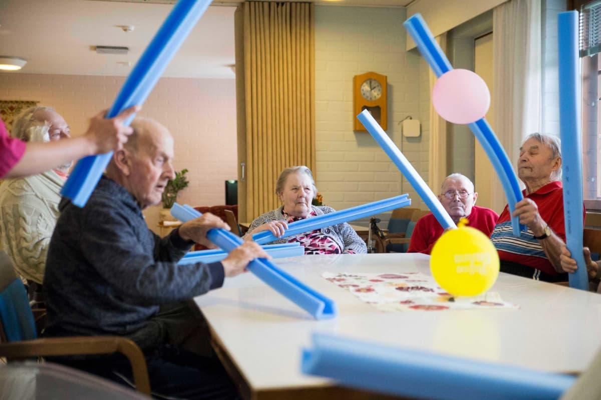 Vanhusten ilmapallojumppa Honkahovin vanhainkodissa