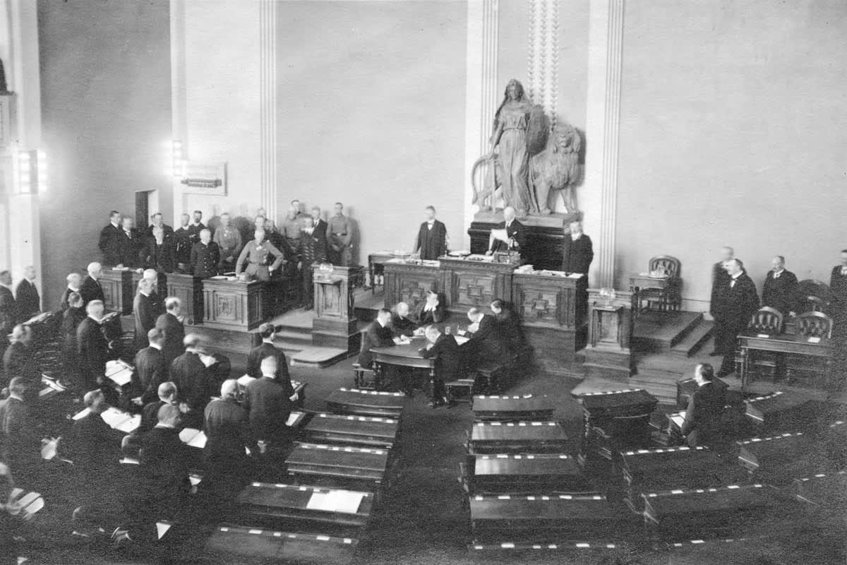 Eduskunnan ensimmäinen istunto sisällissodan päättymisen jälkeen Heimolan talossa.