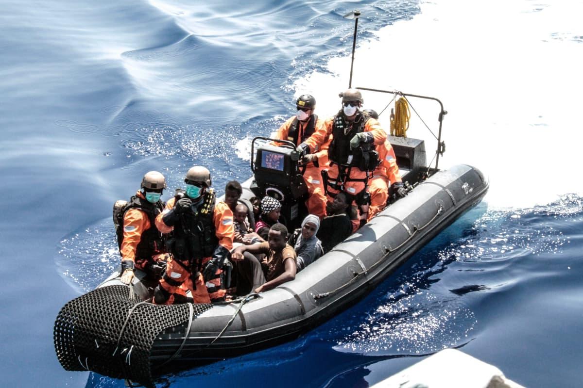 Ihmisiä kumiveneessä.
