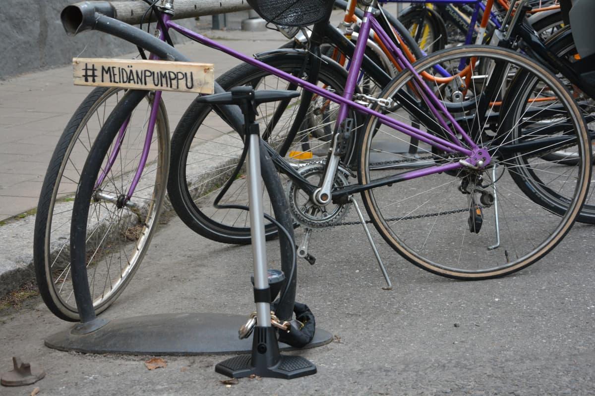 Yhteiskäyttöinen pyöränpumppu kiinnitettiin Turussa Kirjastosillan päähän.