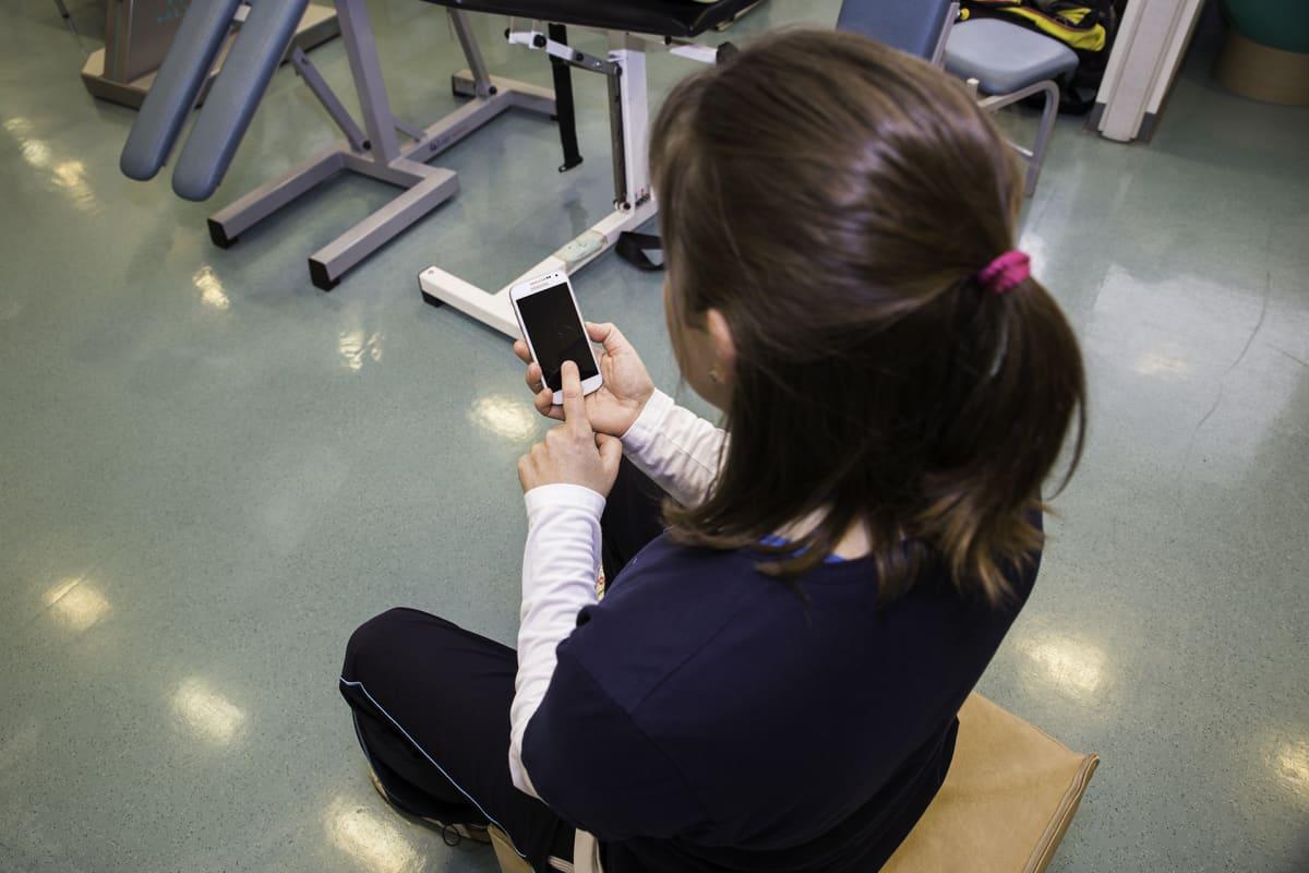 Kännykkää kannattaa selata kahdella kädellä. Hyvä ryhti ehkäisee niska- ja hartiaseudun rasittumista.
