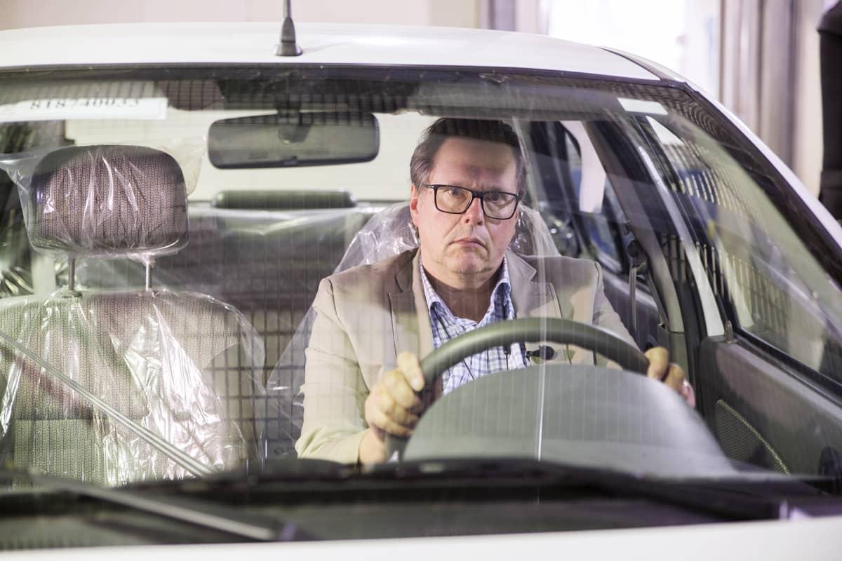 Johtava tutkija Juhani Laurikko testaa autojen päästöjä VTT:n laboratoriossa.
