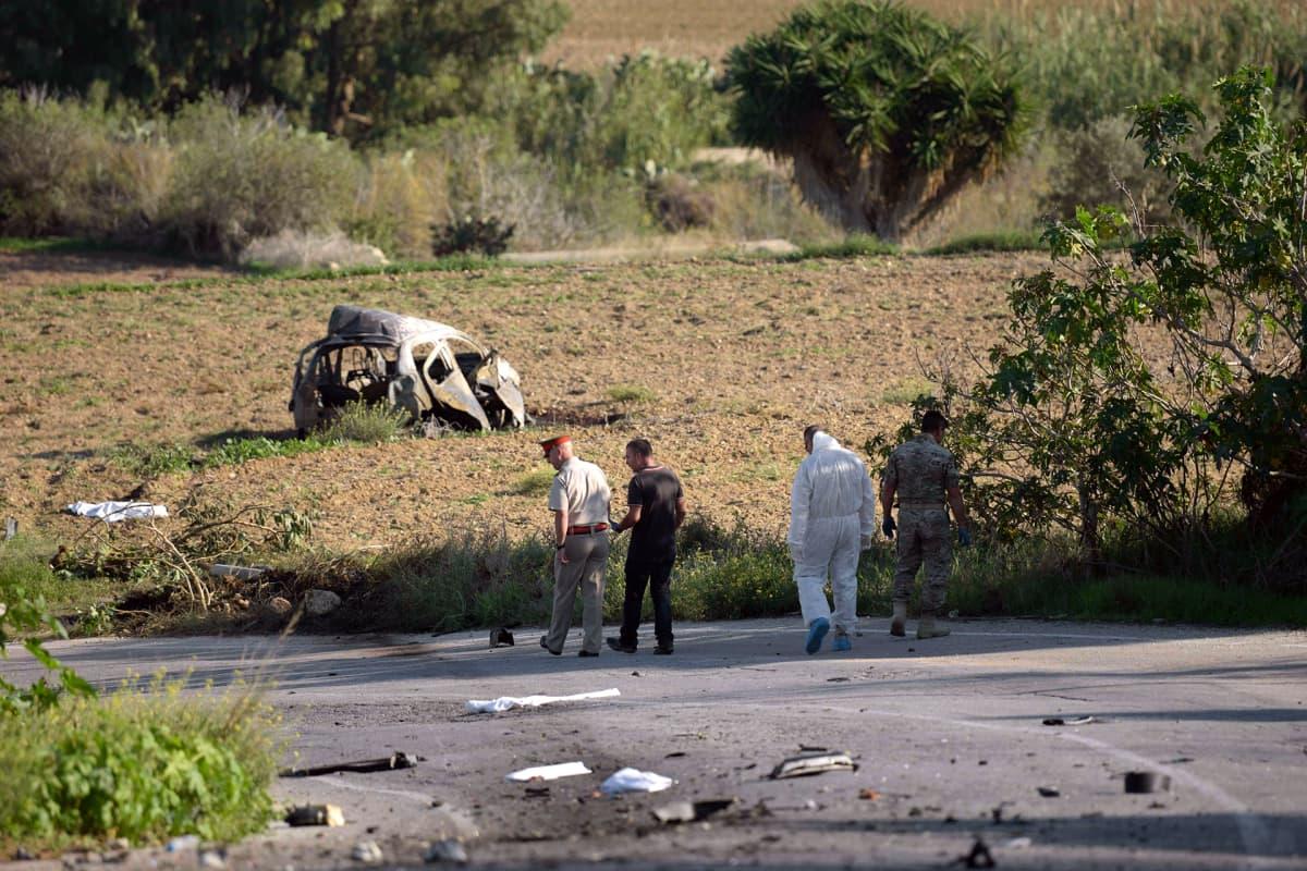 Poliisit tutkivat onnettomuuspaikkaa Maltalla