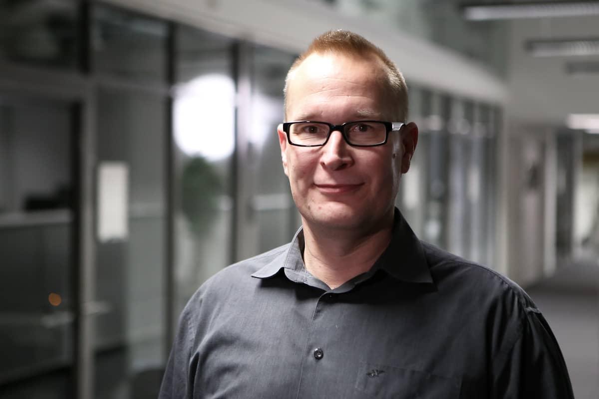 Markku Jokisipilä hymyilee kameralle.