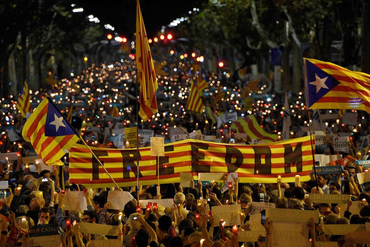 Mielenosoitus kahden separatistijohtajan pidätystä vastaan Barcelonassa 17. lokakuuta.