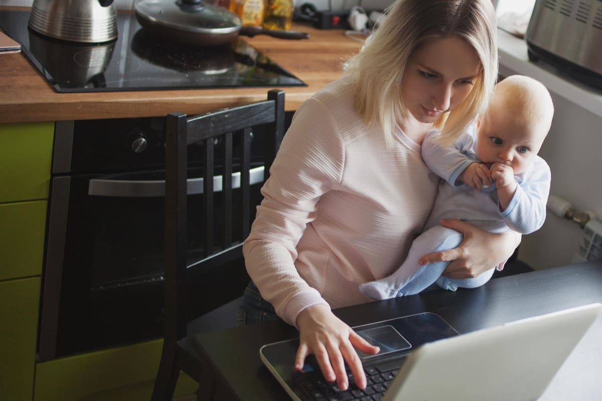 Äiti ja vauva tietokoneella