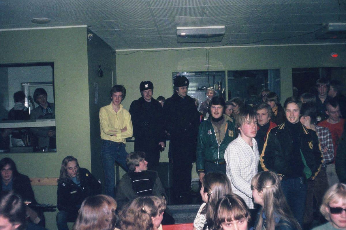 Nuorisoa ja poliiseja punkkeikalla Tampereella 1970-luvun lopulla
