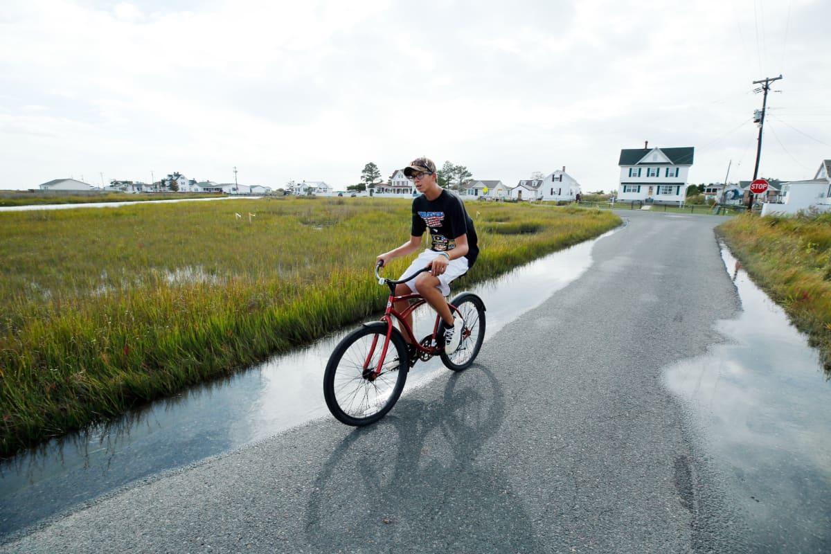 Poika ajaa polkupyörällä Tangierin saarella.