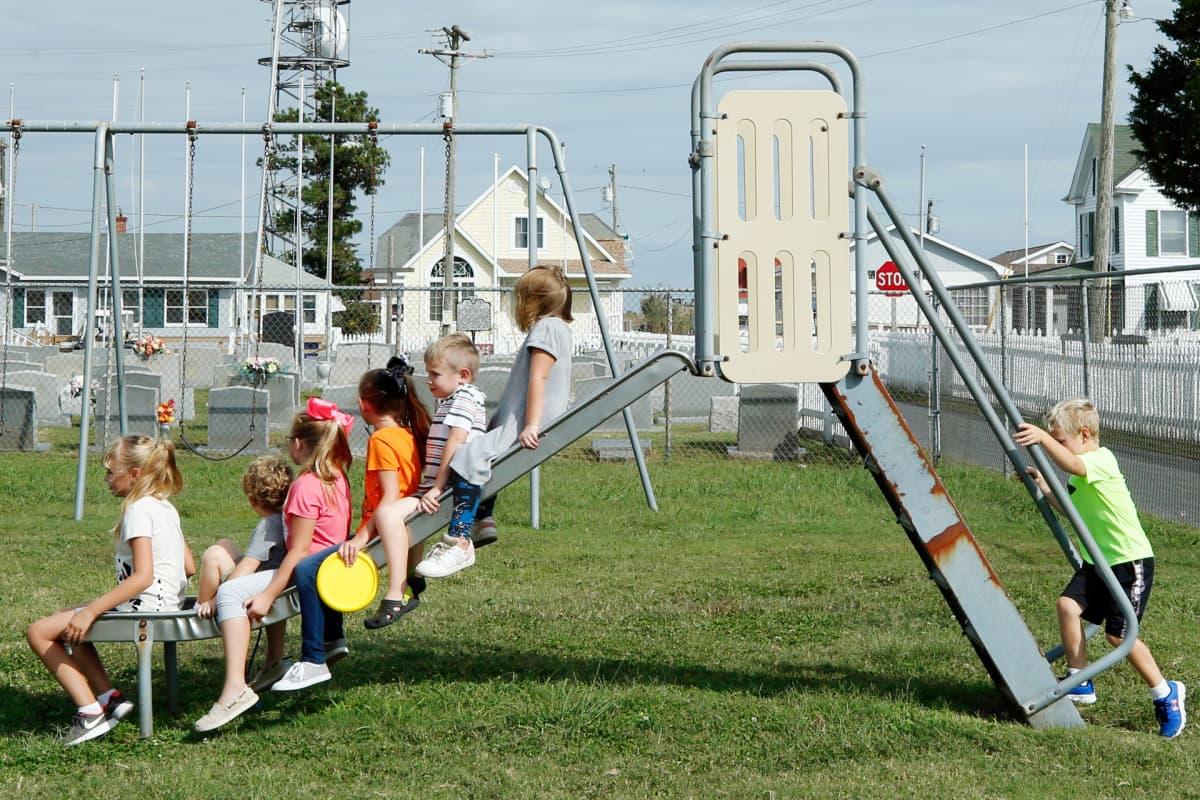 Lapset leikkivät Tangierissa.