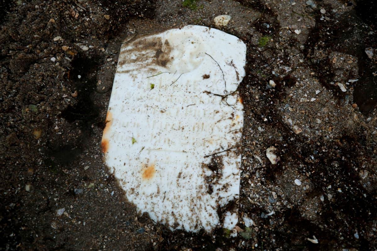 Hautakivi maassa.