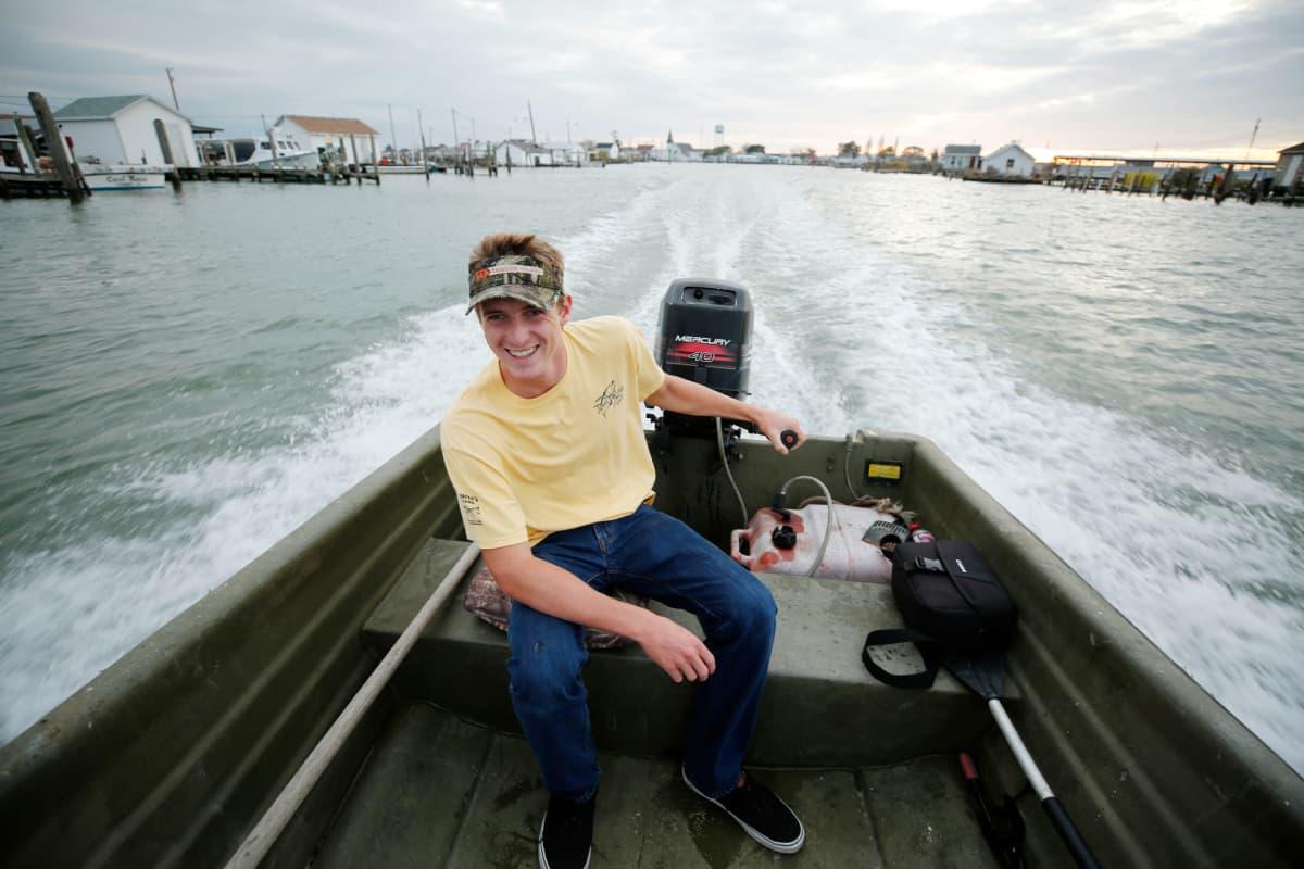 Cameron Evans ohjaa venettä.