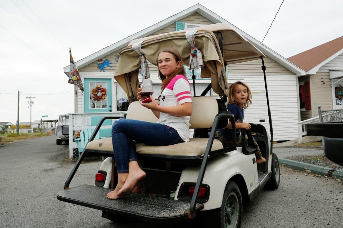 Golfautossa lapsia.