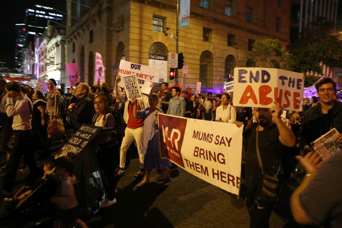 Mielenosoittajia Bribanen kaduilla.