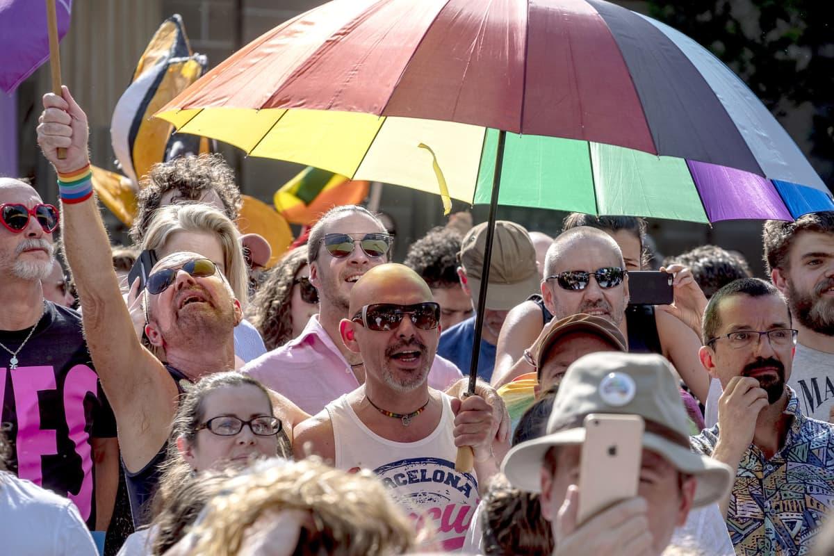 Ihmiset odottavat äänestyksen tulosta Melbournessa 15. marraskuuta.