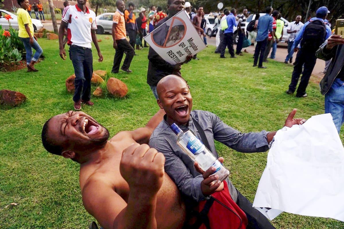 Ihmiset juhlivat presidentti Robert Mugaben eroa Hararessa
