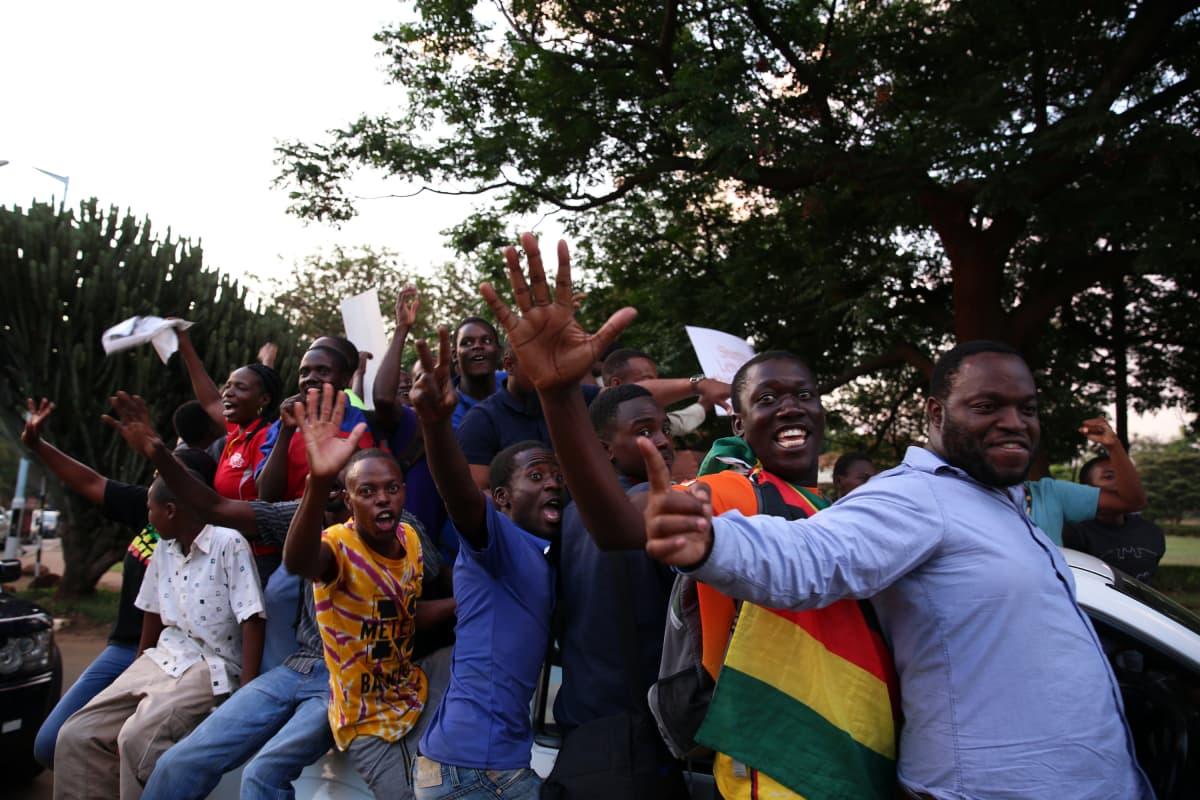 Odotus muuttui riemuksi, kun tieto presidentti Robert Mugaben erosta levisi Hararen kaduilla.