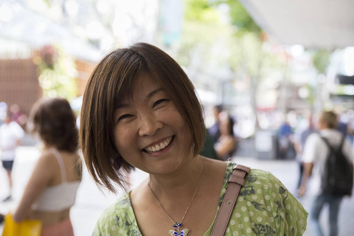 Kiinasta Australiaan muuttanut nainen Brisbanen keskustan kävelykadulla.