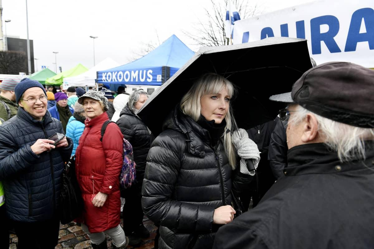 Perussuomalaisten presidenttiehdokas Laura Huhtasaari oli tavattavissa Hakaniementorilla sunnuntaina 3. joulukuuta.